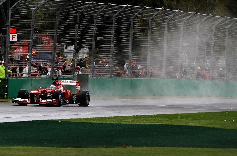Fernando Alonso, secondo alla fine della Q1. Poi il fortunale che ha interrotto le qualifiche. Domani mattina, a poche ore della gara, seconda e terza manche costringeranno i tecnici e i piloti a un tour de force (© FOTO STUDIO COLOMBO X FERRARI)