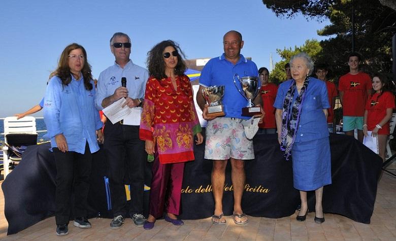 """La premiazione del IV Trofeo """"Angelo Randazzo""""-Coppa del Centenario Classe Dinghy 12' (Foto Circolo della Vela Sicilia)"""