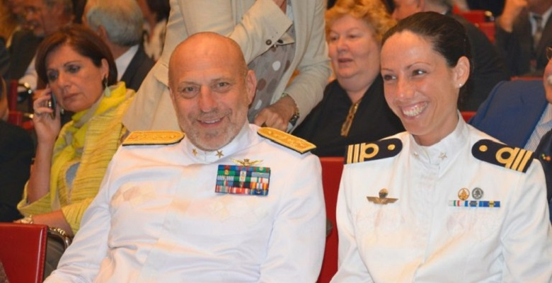 Il Capo di Stato Maggiore della Marina, Ammiraglio di Squadra Giuseppe De Giorgi, con la Tenente di Vascello Catia Pellegrino, durante la cerimonia di consegna del premio R.O.S.A. (Risultati Ottenuti Senza Aiuti)