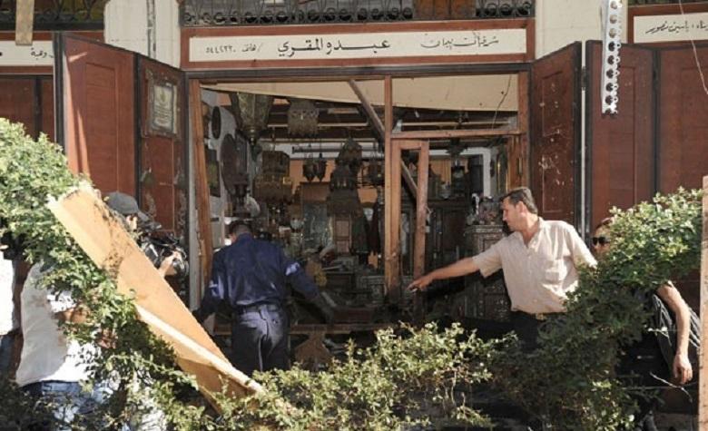 Uno dei negozi investiti dall'onda d'urto della bomba, che ha colpito Dar al-Ihsan, un istituto di carità musulmano, a circa 50 metri dalla cattedrale cristiana nel quartiere di Bab Sharqi (Foto Asianews)