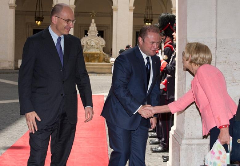 Il presidente del Consiglio dei Ministro, Enrico Letta, accoglie il Primo Ministro di Malta, Joseph Muscat, che saluta Emma Bonino, Ministra degli Esteri (foto Governo Italiano)