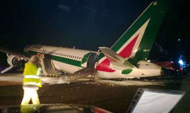 Risultati immagini per alitalia airbus fiumicino atterraggio emergenza