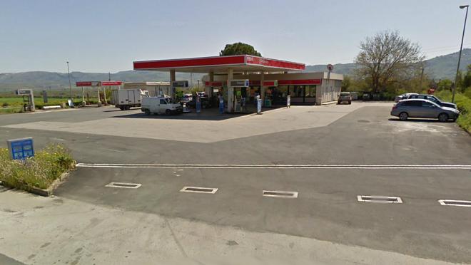 La stazione di servizio sotto assedio dei migranti ospiti del CARA di Mineo (da Google Street Views)
