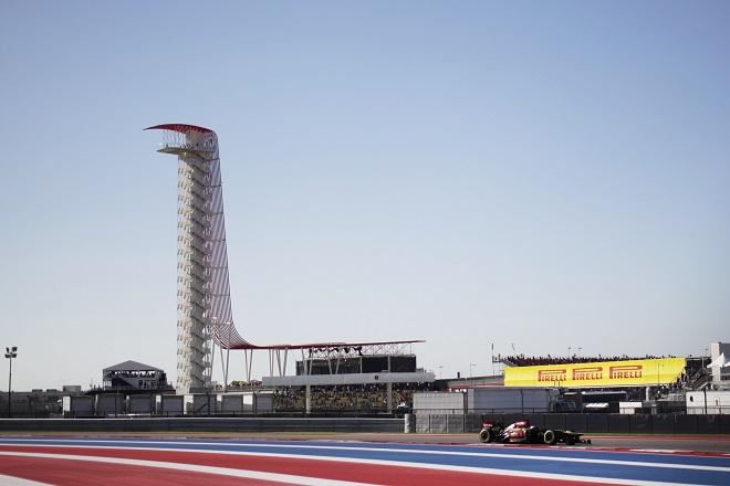 Heikki Kovalainen (Lotus) in pista nel suo primo weekend per il team di Enstone. Sullo sfondo, la torre icona del Circuito delle Americhe (Foto Pirelli Motorsport)