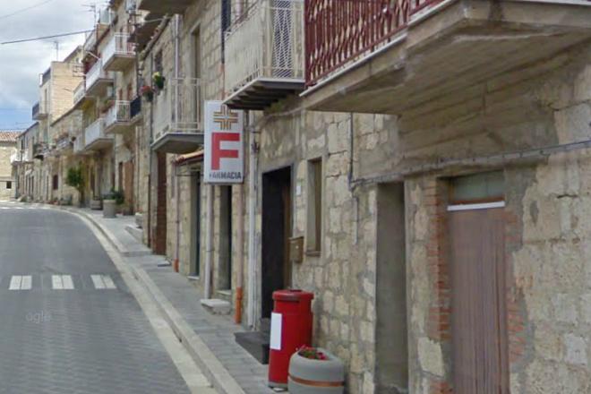 La farmacia Jacona di Blufi, teatro dell'efferato delitto costato la vita alla titolare (foto da Google Map)