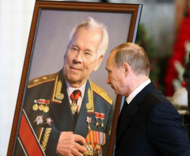 Vladimir Putin ai funerali di Mikhail Kalašnikov