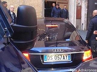 L'auto di Berlusconi colpita dalle uova lanciate dai contestatori