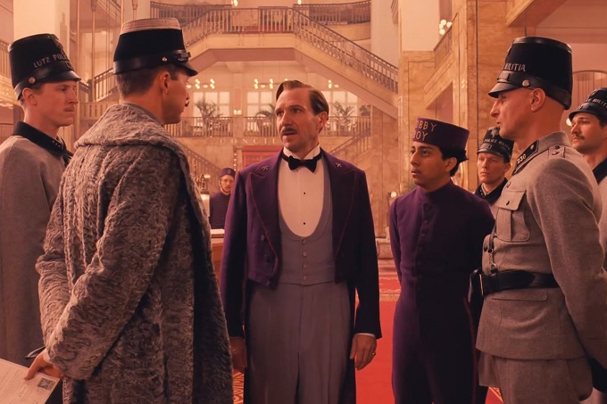 Ralph Fiennes è l'improbabile concierge del Grand Budapest Hotel, il film di Wes Anderson che aprirà il festival di Berlino 2014. Dal 7 marzo al cinema