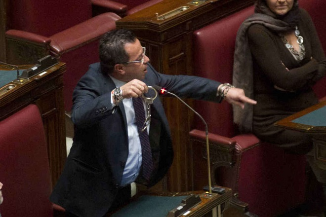 """Il """"mite"""" Gianluca Buonanno (Lega Nord) mostra gli strumenti del mestiere che, secondo il suo parere, sarebbero più consoni verso i delinquenti. Idealista..."""