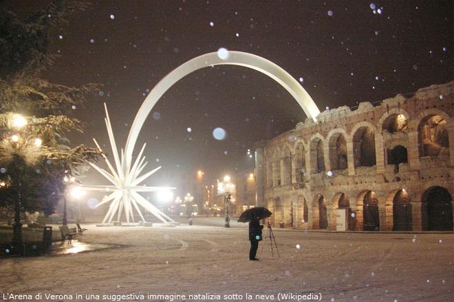 L'Arena di Verona in una suggestiva immagine natalizia sotto la neve (Wikipedia)