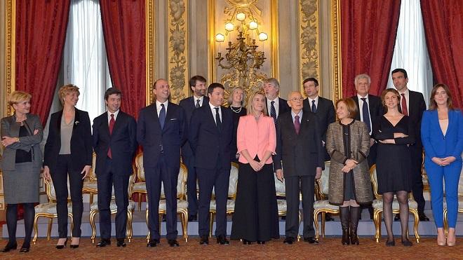 """La """"family photo"""" del Governo Renzi (senza Pier Carlo Padoan, in volo verso l'Italia dall'Australia) con il presidente della Repubblica, Giorgio Napolitano"""