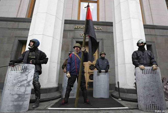 La Rada (il Parlamento dell'Ucraina) sorvegliato e protetto dai manifestanti