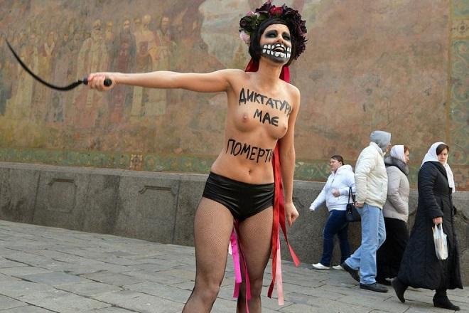 """Un'attivista di Femen nel dicembre scorso protestava contro<br />il presidente ucraino Viktor Yanukovich. Sul suo corpo la scritta: """"Morte alla ditattura"""""""