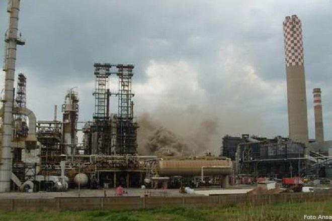 Incendio alla Raffineria Eni di Gela