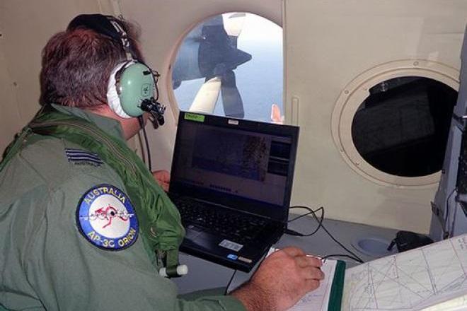 Un ufficiale addetto alla ricognizione di un Orion P3 dell'Aeronautica Australiana