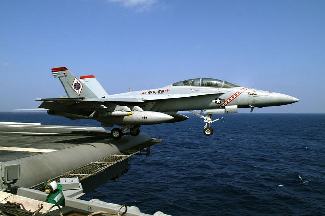 Un FA-18D decolla dal ponte di una portaerei statunitense