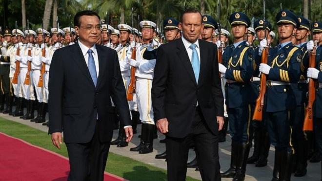 Il primo ministro cinese Li Keqiang con l'omologo australiano Tony Abbott nel corso della rassegna di benvenuto a Sanya, in Cina. (Foto Kym Smith/News Corp Australia via THE AUSTRALIAN)