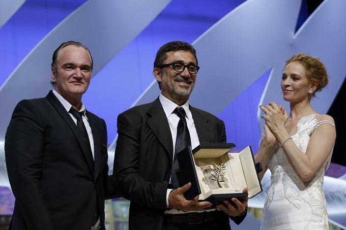 Il regista turco Nuri Bilge Ceylan riceve la Palma d'Oro da Quentin Tarantino e Uma Thurman