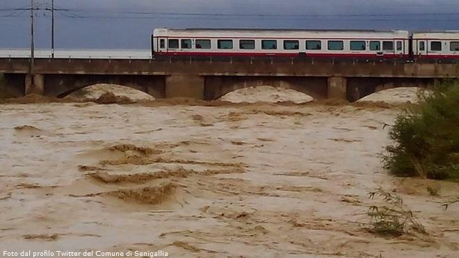 20140505-senigallia-alluvione-treno-660x371