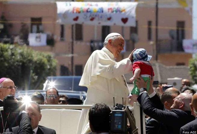 20140621-papa-francesco-e-i-bambini-calabria-655x446