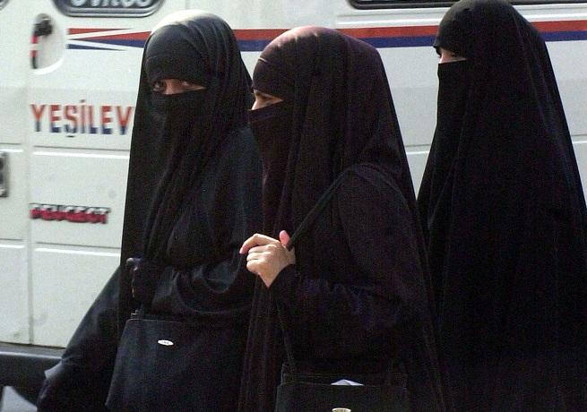 """Tre donne indossano il """"niqab"""""""