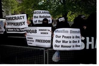 Manifestazioni di donne musulmane al tempo dell'approvazione della legge francese che vieta di indossare niqab e burqa in luoghi pubblici