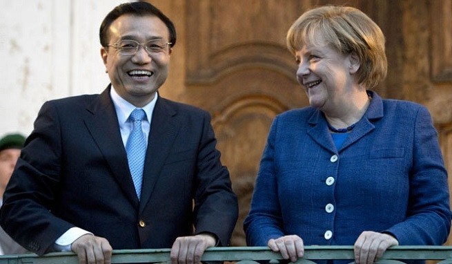 Il primo ministro cinese Li Keqiang e la cancelliera tedesca Angela Merkel (Foto RT.com)