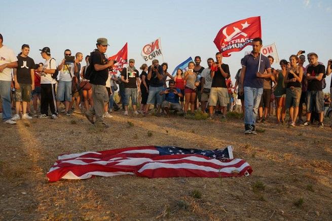 Manifestazione contro l'installazione del MUOS a Niscemi (foto da www.comunistisinistrapopolare.com)