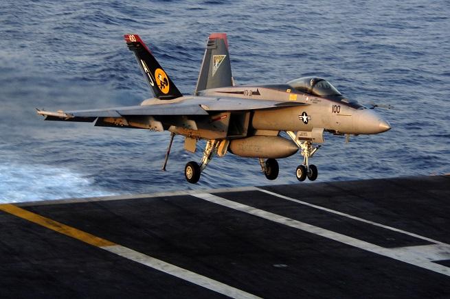 Un F18-A Hornet uguale a quelli che stanno operando nel Kurdistan iracheno contro le postazioni dell'ISIL (nella foto US NAVY un esemplare imbarcato sulla portaerei Theodore Roosevelt)