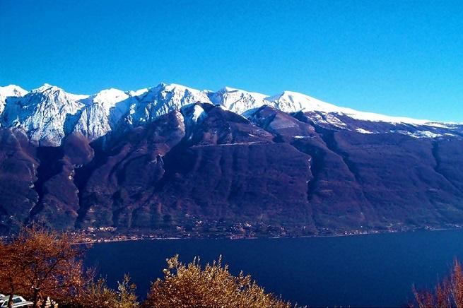 Il Monte Baldo visto dalla sponda bresciana del Lago di Garda, in uno scenario invernale