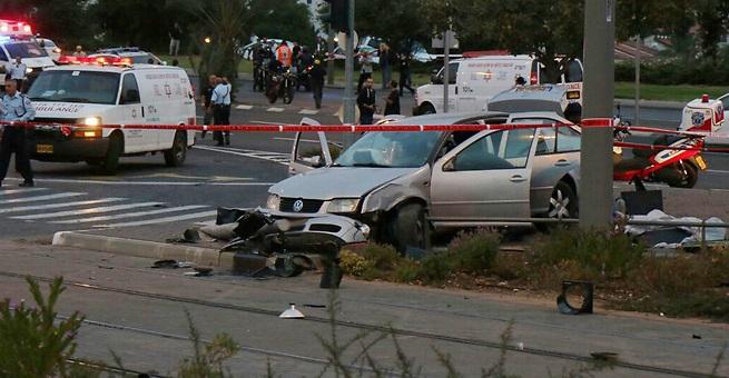 L'auto utilizzata dal palestinese di Gerusalemme Est per uccidere la bimba di tre mesi e per ferire altre sette persone (foto: Ynet News)