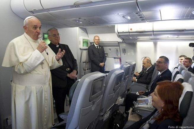 20141126-papa-francesco-in-aereo-655x436