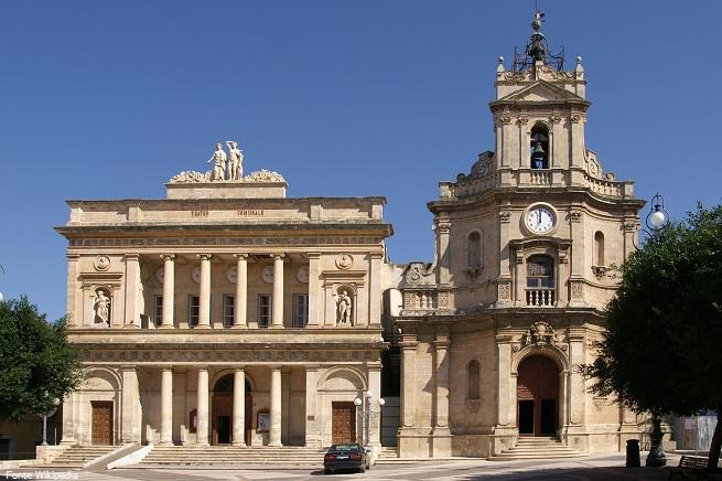 """Da destra, la chiesa delle Grazie e il teatro comunale """"Vittoria Colonna"""", nella centrale Piazza del Popolo, non lontana dal luogo dell'agguato (foto Wikipedia)"""