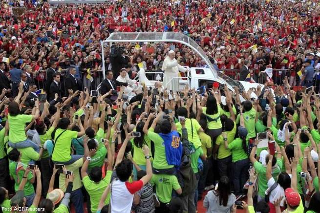 Papa Francesco tra la folla durante la visita apostolica a Manila