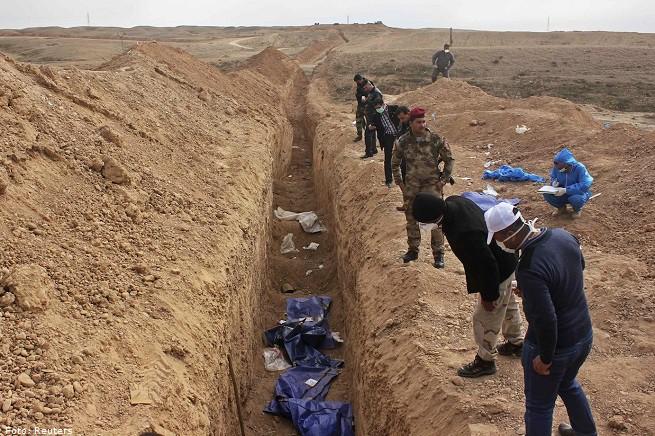 Uomini scavano una fossa comune alla periferia di Saadia, nella provincia di Diyala, 15 gennaio 2015. La fossa conteneva i resti di oltre 25 uomini, uccisi dai miliziani dello 'Stato Islamico', come confermato da fonti ospedaliere
