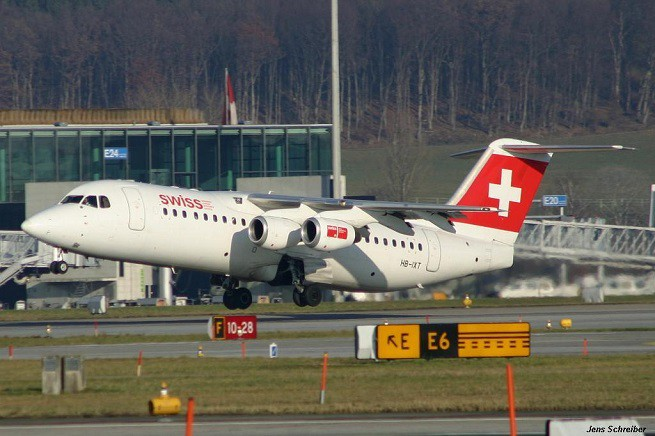 L'Avro RJ100 da 97 posti, chiamato 'Jumbolino' per la larga sezione trasversale della fusoliera e la cabina molto spaziosa, ma anche 'Whisperjet' per la sua silenziosità in volo. Collegherà Napoli e Zurigo con un volo stagionale