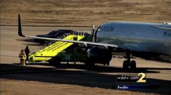 L'aereo della Delta Airlines 1192 proveniente da Portland (Oregon), con il personale di soccorso a terra, in attesa che i passeggeri scendessero dal velivolo (foto tratta da video wsbtv.com)