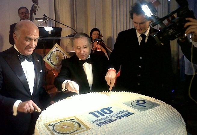 Angelo Sticchi Damiani, presidente dell'Aci, Jean Todt, presidente della Fia, e John Elkann, presidente di FCA, tagliano la torta dei 110 anni dell'Automobil Club d'Italia (foto Adnkronos)