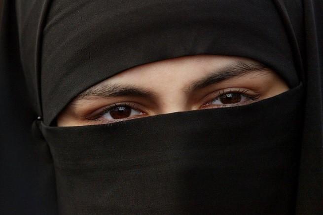 NLD-20040222-Amsterdam: Moslim-meisje gekleed in een burka. ANPFOTTO ROBERT VOS