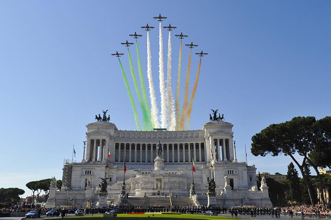 La Pattuglia Acrobatica Nazionale passa in rassegna sull'Altare della Patria, disegnando nel cielo il Tricolore Italiano (foto Aeronautica Militare Italiana)