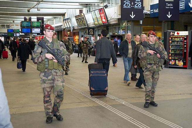 """Soldati dell'Armée de Terre francese in pattuglia nell'ambito del  piano """"Vigipirate"""" contro il terrorismo jihadista (foto defense.gouv.fr)"""