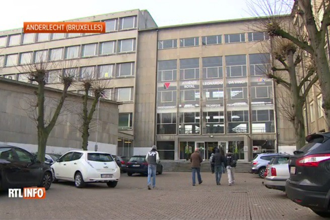 L'ingresso dell'Istituto Tecnico 'Leonardo da Vinci' di Anderlecht, a Bruxelles (foto tratta da video di RTL-Info)