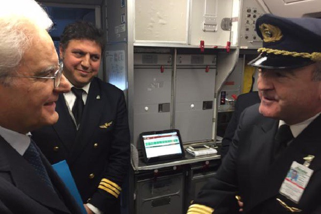Il Capo dello Stato, Sergio Mattarella, con il comandante del volo Alitalia che lo ha portato a Palermo (Foto dal profilo Twitter dell'Alitalia)