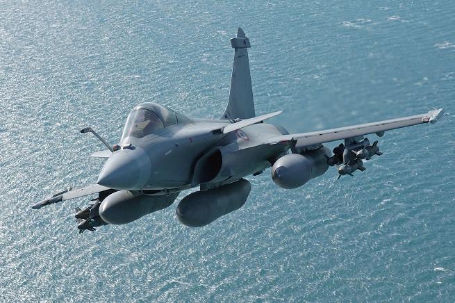 Il Dassault Rafale è un aereo da caccia multiruolo francese prodotto dalla Dassault Aviation. È caratterizzato da un'ala a delta e da alette canard, con una coppia di motori turbofan Snecma M88-2 montati nella sezione di coda e un'unica e ampia deriva