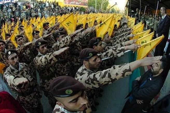 Milizie di Hezbollah nel tipico saluto 'umanitario' tanto in voga in Europa centrale tra il 1933 e il 1945...