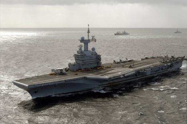 """La portaerei della Marine Nationale """"Charles de Gaulle"""" (R91), orgoglio della marina militare transalpina e unica portaerei nucleare europea (foto di archivio, fonte Wikipedia)"""