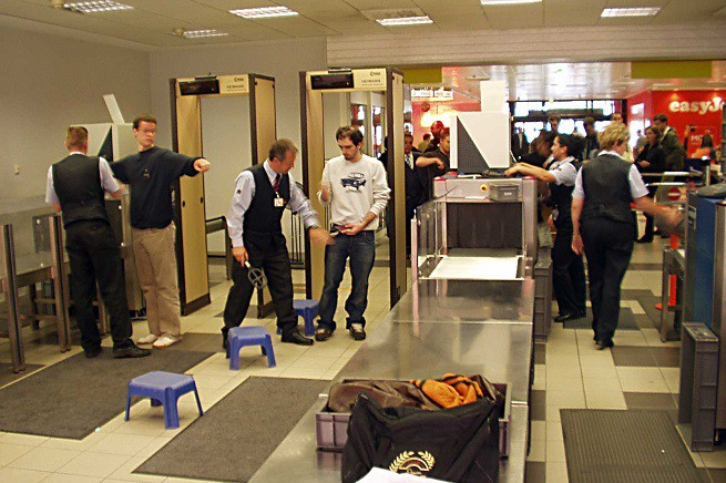 Controlli di sicurezza all'aeroporto di Berlino (foto di archivio, fonte Wikipedia)