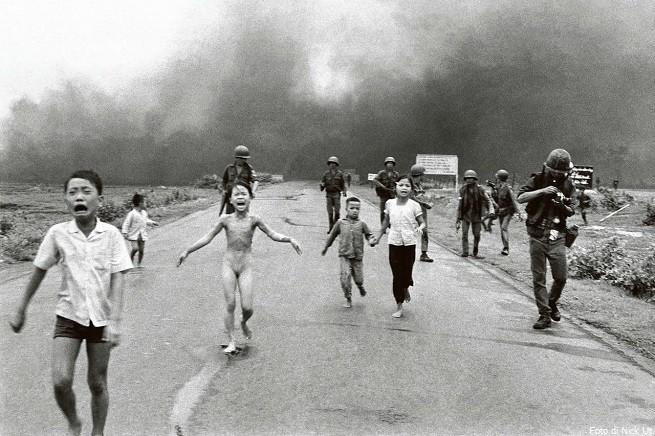 Kim Phuc, sopravvissuta a un bombardamento al napalm, corre in preda alle ustioni su tutto il corpo. Si salverà grazie al fotografo che l'ha immortalata, Nick Ut