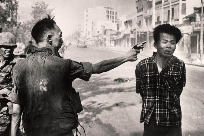 Il giovane ufficiale vietcong Nguyen Van Lém giustiziato sommariamente dal colonnello Nguyen Ngoc Loan, nella foto che valse il Premio Pulitzer 1969 a Eddie Adams