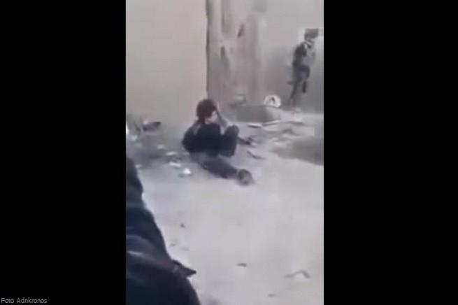 Un fotogramma del video del barbaro assassinio del bambino di 11 anni, strumento e vittima inconsapevole dell'odio degli adulti e di uno scontro incivile tra criminali contro l'Umanità